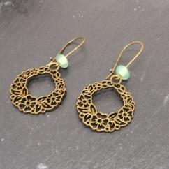 Breloques et cie - Boucles  d'oreilles fleurs perles vertes - Boucles d'oreille - metal bronze