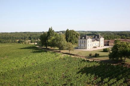 Chateau La France - Château La France occupe un château restauré à Beychac-et-Caillau, au milieu de vignes.