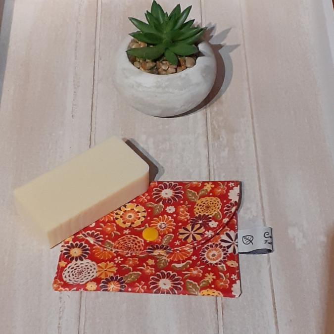Créaméline - Pochette à savon - fleurs sur fond rouge - Pochette à savon