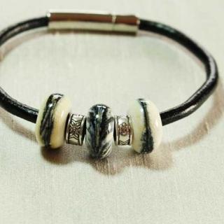 Délicatesse de perle - BRACELET CUIR PERLES BEIGES - Bracelet - Cuir
