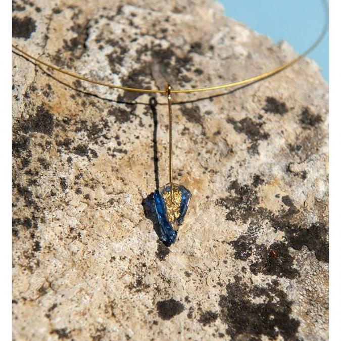 Bijoux l'Art de recycler - Collier tige - Collier - vitrail bleu marine, feuille d'or