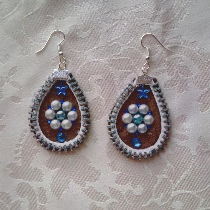 Les Fée...rmetures éclair - Boucles d'oreilles en cuir décorées d'une fleur blanche au coeur bleu - Boucles d'oreille - Cuir