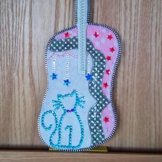 Les Fée...rmetures éclair - Guitare, en carton ondulé, fermeture éclair et strass, modèle réduit de 23 cm / 8,5 cm - Objets décoratifs