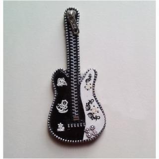 Les Fée...rmetures éclair - Guitare en noir, blanc et argenté. - Objets décoratifs