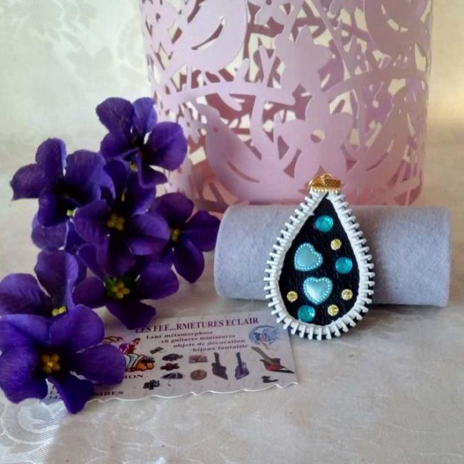 Les Fée...rmetures éclair - Pendentif en cuir décoré de coeurs bleus - Pendentif