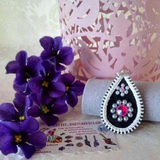 Les Fée...rmetures éclair - Pendentif en cuir décoré de fleurs en strass et perles blanches - Pendentif