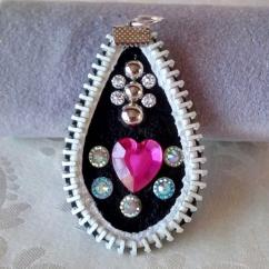 Les Fée...rmetures éclair - Pendentif en cuir décoré d'un coeur rouge - Pendentif