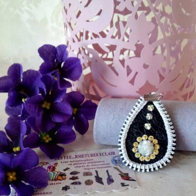Les Fée...rmetures éclair - Pendentif en cuir décoré d'une fleur blanche aux pétales dorés - Pendentif