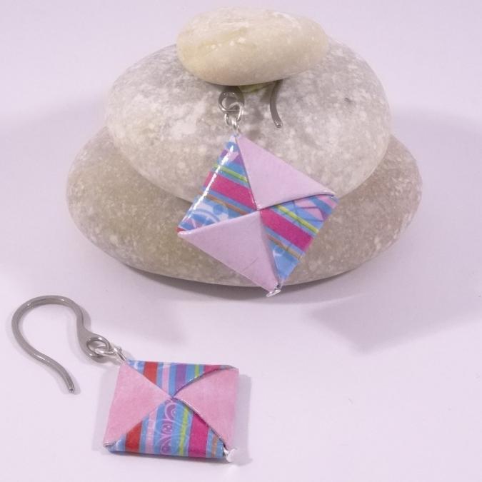 Line et les perles - Boucles Carré Origami rose pâle et bleu à rayures - Boucles d'oreille - Inox