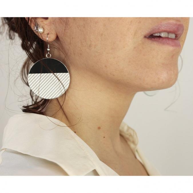 Lo's Bijoux - Grande boucles d'oreille en cuir noir et blanc gravé atoum - Boucles d'oreille - Cuir