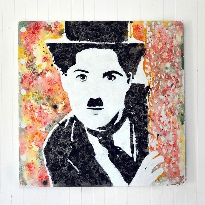 Lune et Animo - Charlie Chaplin, Peinture originale, décoration murale 'Quand Charlie découvre la couleur' - Peinture - 70cm x 70cm x 3cm