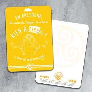 """MAD BZH - Carte Postale """"En Bretagne, le mauvais temps, on n'en a rien à ciré(r) !"""" - carte postale"""