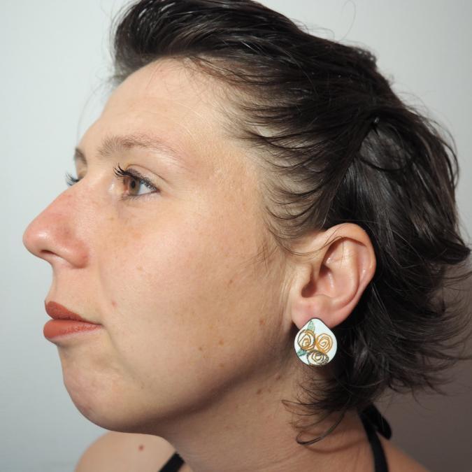 """Marion Freyre - """"Ces quelques fleurs..."""" - Boucles d'oreilles monture """"clou d'oreille"""", en émail sur cuivre - Boucles d'oreille - Email"""