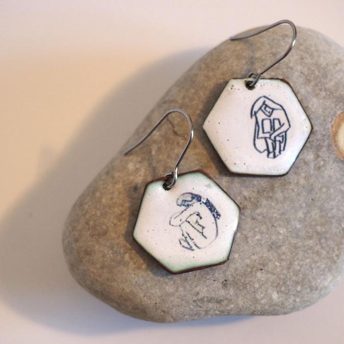 """Marion Freyre - """"Corps à corps"""" - Boucles d'oreilles motif femme, en émail sur cuivre - Boucles d'oreille - Email"""