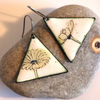 """Marion Freyre - """"Grand soleil à l'intérieur"""" - Boucles d'oreilles triangle motif fleur jaune, en émail sur cuivre - Boucles d'oreille - Email"""
