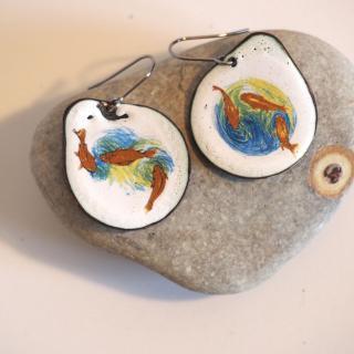 """Marion Freyre - """"Les petits pois..."""" - Boucles d'oreilles motif carpe khoï en émail sur cuivre - Boucles d'oreille - Email"""