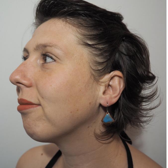 """Marion Freyre - """"Soyons fleur bleue"""" - Boucles d'oreilles asymétriques, en émail sur cuivre, pièces uniques - Boucles d'oreille - Email"""