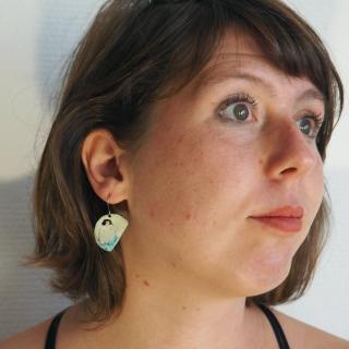 """Marion Freyre - """"Sur la banquise"""" - Boucles d'oreilles en émail sur cuivre, motif pinguin et poisson - Boucles d'oreille - Email"""
