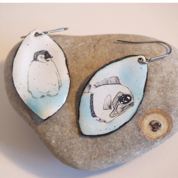"""Marion Freyre - """"Sur la banquise"""" - Boucles d'oreilles pinguin et poisson, en émail sur cuivre - Boucles d'oreille - Email"""