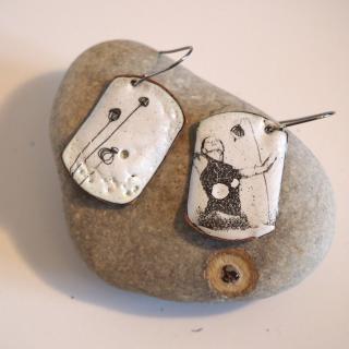 """Marion Freyre - """"Un vent de liberté"""" - Boucles d'oreilles motif femme, en émail sur cuivre - Boucles d'oreille - Email"""