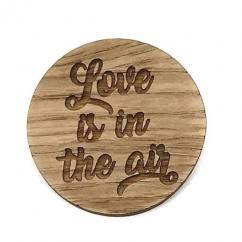 Sacdenoeud - Badge en bois Love is in the air - Badge mariage